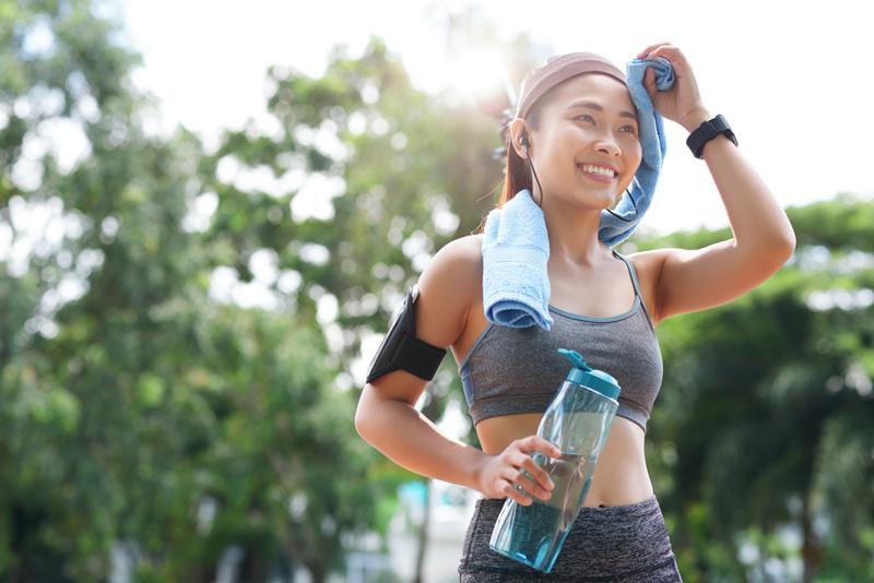 Bổ sung nước trong quá trình chạy bộ buổi sáng