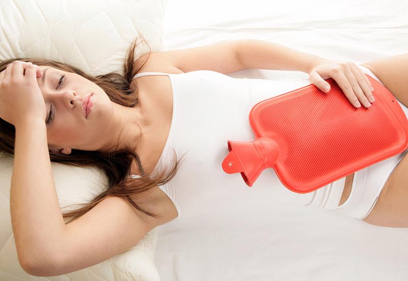 Chườm nóng để giảm đau bụng dưới khi gập bụng