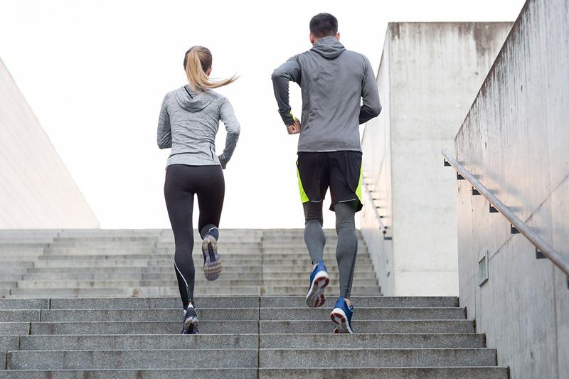Đi bộ kết hợp leo cầu thang