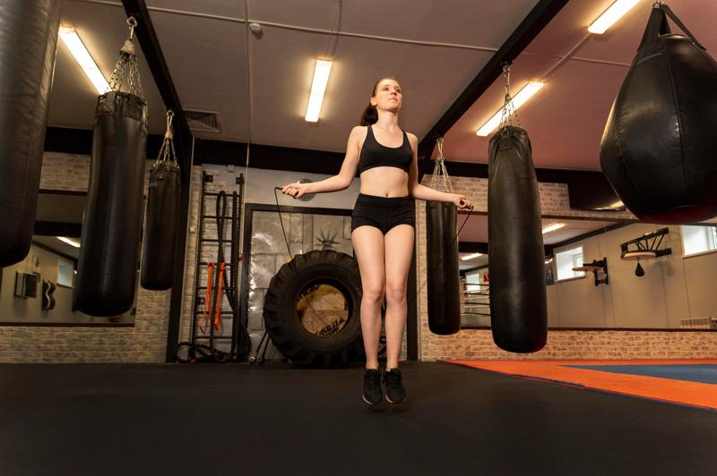 Nhảy dây có làm to bắp chân? 11 bài nhảy dây giảm mỡ chân