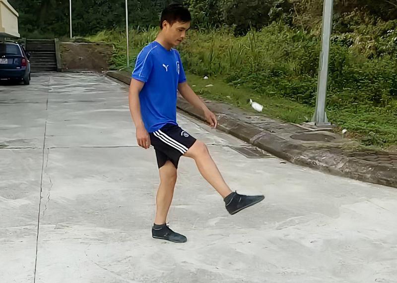 Kỹ thuật tâng cầu bằng mu bàn chân