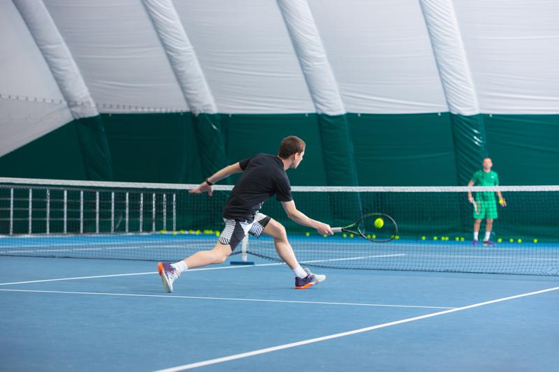 Lưới căng và cột trụ lưới trên sân Tennis